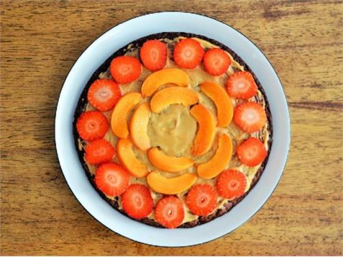 Kakaowy omlet z masłem orzechowym i owocami