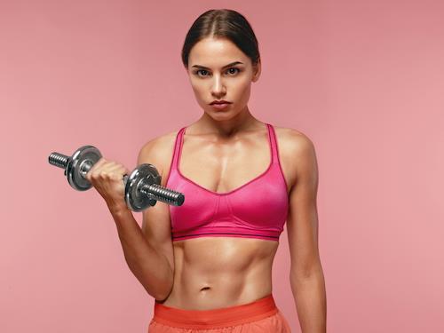 Trening siłowy kobiet to nie machanie różową hantelką