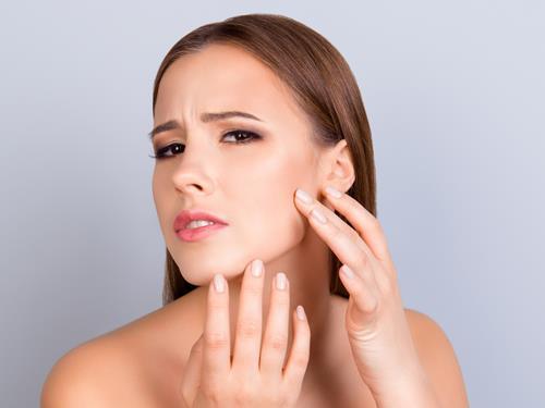 Jakie witaminy i suplementy pomagają w walce z suchą skórą?